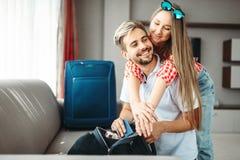 Het paar bereidt zakken en paspoorten voor vakantie voor royalty-vrije stock afbeelding