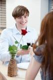Het paar is bij de koffie Stock Afbeelding
