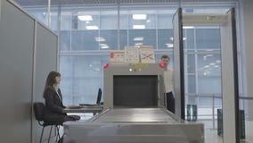 Het paar bij de veiligheidscontrolepost in de luchthaven stock videobeelden