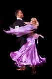 Het paar bij het dansen stelt Stock Foto's