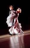 Het paar bij het dansen stelt. Royalty-vrije Stock Afbeeldingen