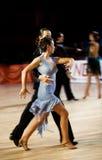 Het paar bij het dansen stelt in motie Stock Afbeeldingen