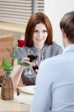 Het paar is bij het koffiehuis Stock Fotografie