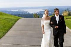 Het paar dat van de jonggehuwde op stoep loopt Stock Foto's