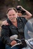 Het paar dat van de pret een witte motorfiets buiten berijdt royalty-vrije stock afbeelding