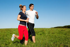 Het paar dat van de sport in openlucht in de zomer aanstoot Royalty-vrije Stock Afbeeldingen
