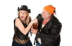 Het Paar dat van de Troep van de motorfiets over een Bier debatteert Royalty-vrije Stock Foto