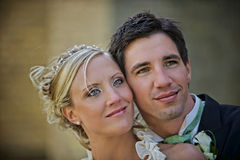 Het paar dat van het huwelijk omhoog kijkt Stock Foto's