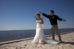 Het paar dat van het huwelijk op strand danst stock foto
