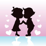 Het paar dat van silhouetten en handen kust houdt Royalty-vrije Stock Foto