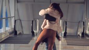 Het paar in de luchthaven wordt ontmoet die stock videobeelden