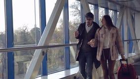 Het paar in de luchthaven wordt ontmoet die stock video