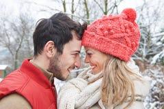 Het paar in de winter het zetten leidt samen Royalty-vrije Stock Foto's