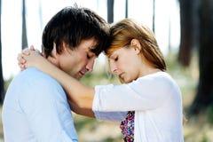 Het paar deelt een ogenblik in een openluchtspruit Royalty-vrije Stock Foto's
