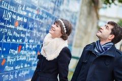 Het paar dichtbij I-liefde u ommuurt in Parijs Royalty-vrije Stock Foto