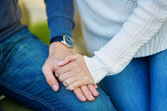 Het paar die elke anderen houden overhandigt Stock Fotografie