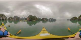 Het paar die Ha kayaking snakt Baai, Vietnam royalty-vrije stock fotografie