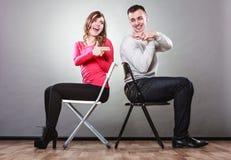 Het paar die pret hebben beweert de handenvingers kanonnen zijn Royalty-vrije Stock Fotografie