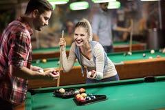 Het Paar die van het biljartspel pret hebben terwijl het spelen van biljart royalty-vrije stock fotografie