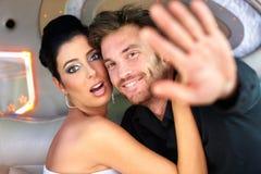 Het paar die van de beroemdheid proberen vermijden fotograferend Stock Foto