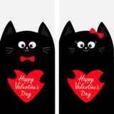 Het paar die van de kattenfamilie het rode document van de hartvorm houden De reeks van de vliegeraffiche Leuk grappig beeldverha Stock Foto's