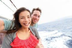 Het paar die van het cruiseschip selfie foto nemen stock afbeelding