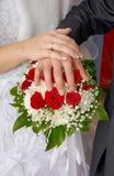 Het paar die van het huwelijk ringen tonen Stock Fotografie