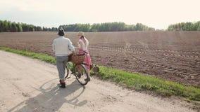 Het paar die van het land op het gebied koesteren stock footage