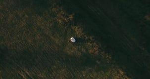 Het paar die zich op de schilderachtige berg op de zonsopgang bckg 4k antenne bevinden stock video