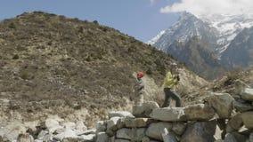 Het paar doet beelden onder de bergen in Nepal Manaslugebied stock video