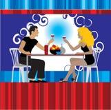 Het paar drinkt wijn bij restaurant Royalty-vrije Stock Afbeeldingen
