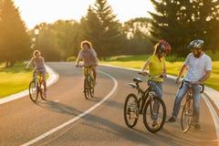 Het paar flirt, romantische gang op fietsen royalty-vrije stock fotografie