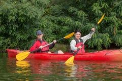 Het paar gaat kayaking op de rivier Royalty-vrije Stock Foto