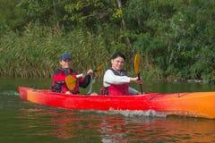 Het paar gaat kayaking op de rivier Royalty-vrije Stock Foto's