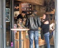 Het paar geeft opdracht tot gelato bij Ile-Saint Louiswinkel in Parijs, Frankrijk Royalty-vrije Stock Foto's