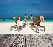 Het paar in geel ontspant op een strand in de Maldiven Royalty-vrije Stock Afbeeldingen