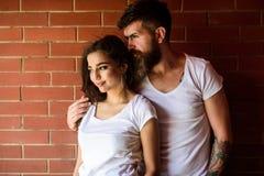 Het paar geniet intimiteit van geknuffel zonder getuigen Ogenblikken van intimiteit Het paar vindt alleen plaats om te zijn Paar  stock foto