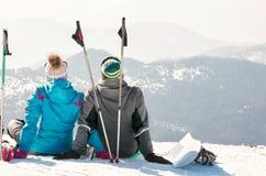 Het paar geniet van bij de hoogste berg van mooie mening Royalty-vrije Stock Afbeeldingen