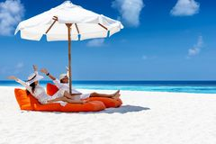 Het paar geniet van hun de zomervakantie op een tropisch strand stock foto