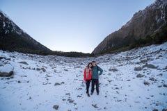 Het paar geniet van mooi de winterlandschap in Nieuw Zeeland stock afbeeldingen