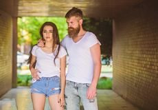 Het paar hangt uit in portiek of ondergronds kruising Paar in liefde geknuffel in portiek Meisjes aantrekkelijke donkerbruin en g stock foto