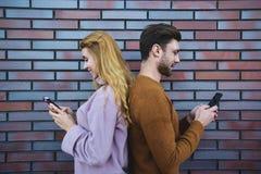 Het paar heeft het babbelen status rijtjes aan elkaar royalty-vrije stock foto's