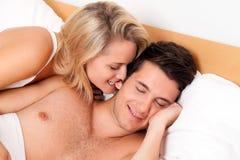 Het paar heeft pret in bed. Gelach, vreugde en erotiek Royalty-vrije Stock Foto's