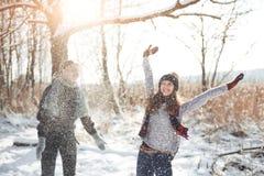 Het paar heeft pret en lacht Kus Jong hipsterpaar die elkaar in de winterpark koesteren Het verhaal van de de winterliefde, mooi stock foto's