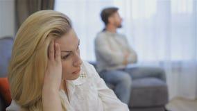 Het paar heeft thuis conflict stock video