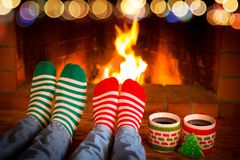 Het paar in Kerstmis mept dichtbij open haard stock fotografie