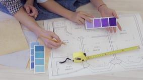 Het paar kiest de kleuren voor het binnenland van hun nieuwe flat stock footage