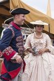 Het paar kleedde zich in de 17de eeuwkleren Stock Foto's