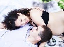 Het paar legt samen, koesterend, zwangere vrouw Royalty-vrije Stock Foto's