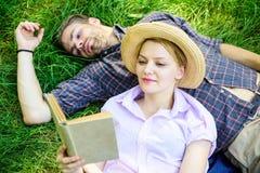 Het paar in liefde besteedt het boek van de vrije tijdslezing in park Paar soulmates op romantische datum De familie geniet van v royalty-vrije stock afbeeldingen